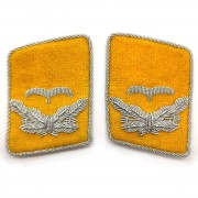 Yellow collar tabs of the Luftwaffe Leutnant