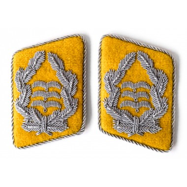 Yellow collar tabs of the Luftwaffe Oberst