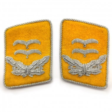 Yellow collar tabs of the Luftwaffe Ober-leutnant